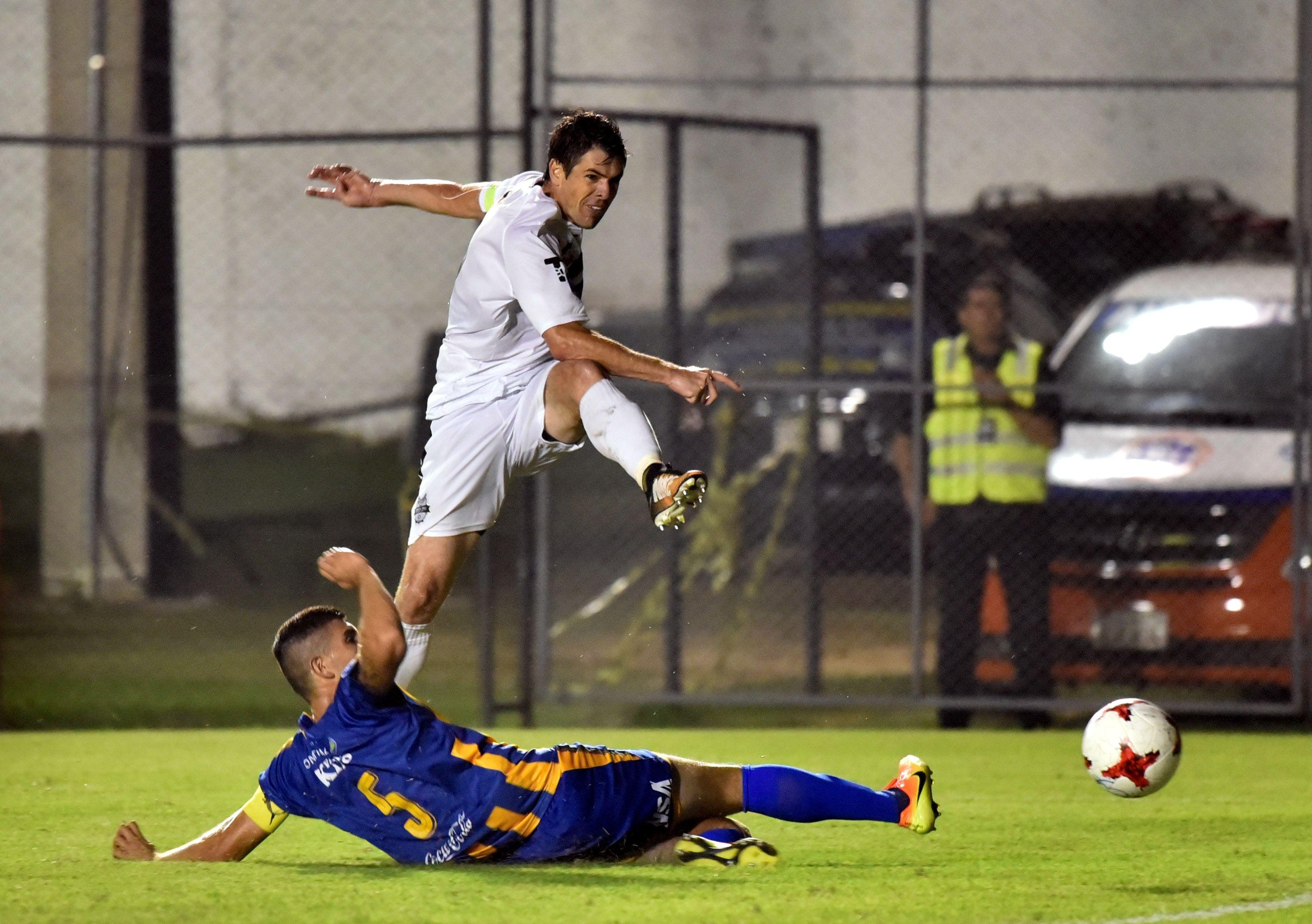 El capitán auriazul Ruben Monges (abajo) en acción. Foto: José Bogado/Última Hora