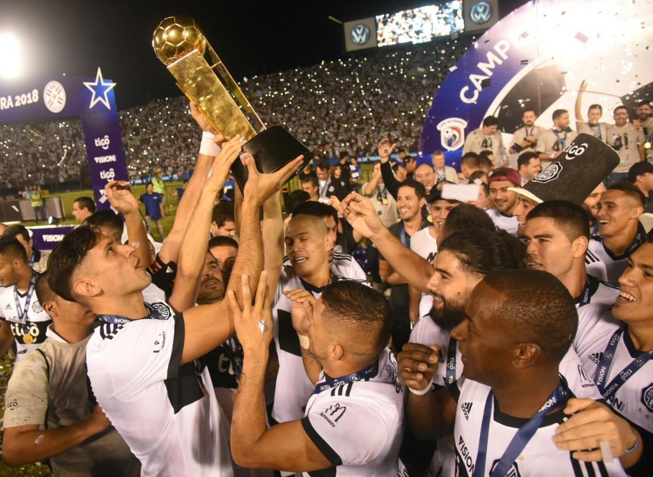 Roque se alza con el trofeo número 41 de Olimpia. Foto: Andres Catalán/Última Hora