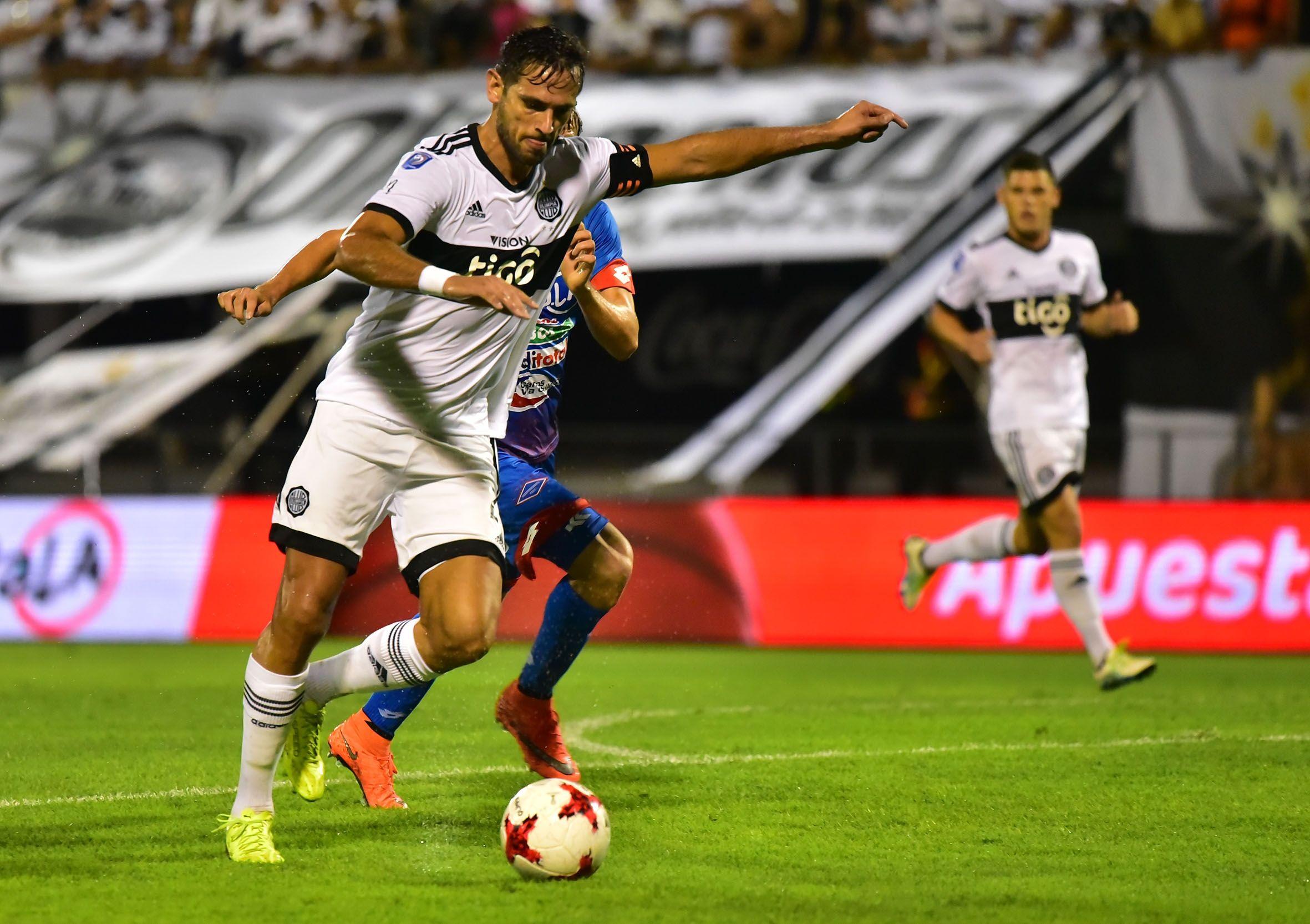 Emblema. Roque Santa Cruz viene de marcar en la fecha pasada. Volverá a ser titular y portar la cinta de capitán. El 24 recuperó su mejor forma tras la lesión.