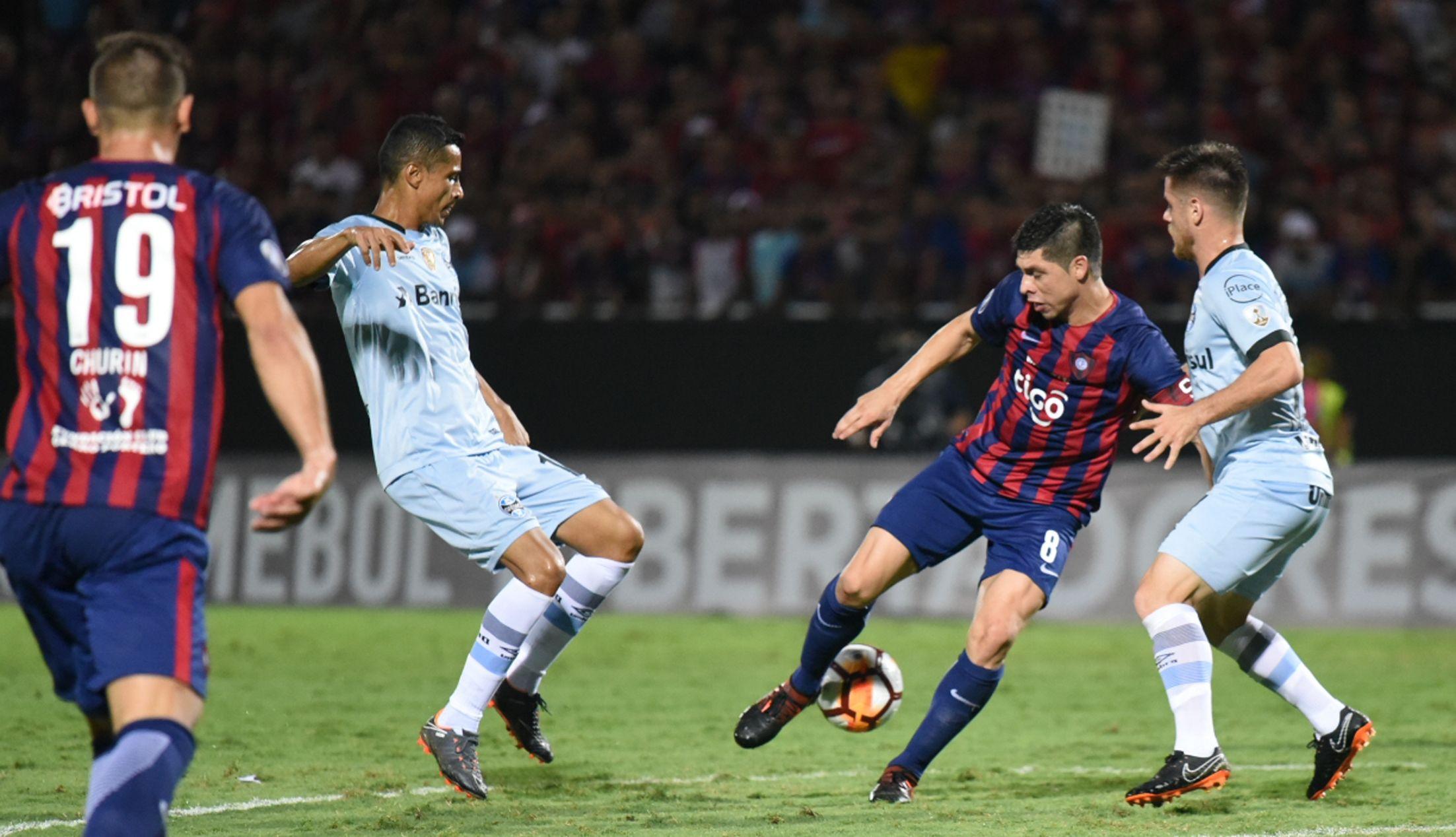 Rojas disputa un balón ante la atenta mirada de Churín. Foto: Andrés Catalán