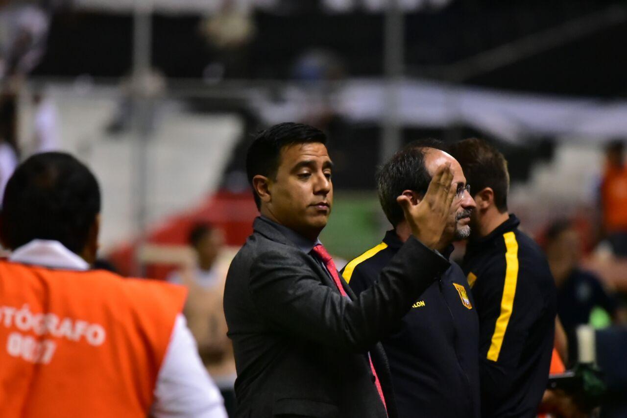Caliente. Farías se tomó con la hinchada local y el árbitro del partido. Foto: Fernando Calistro