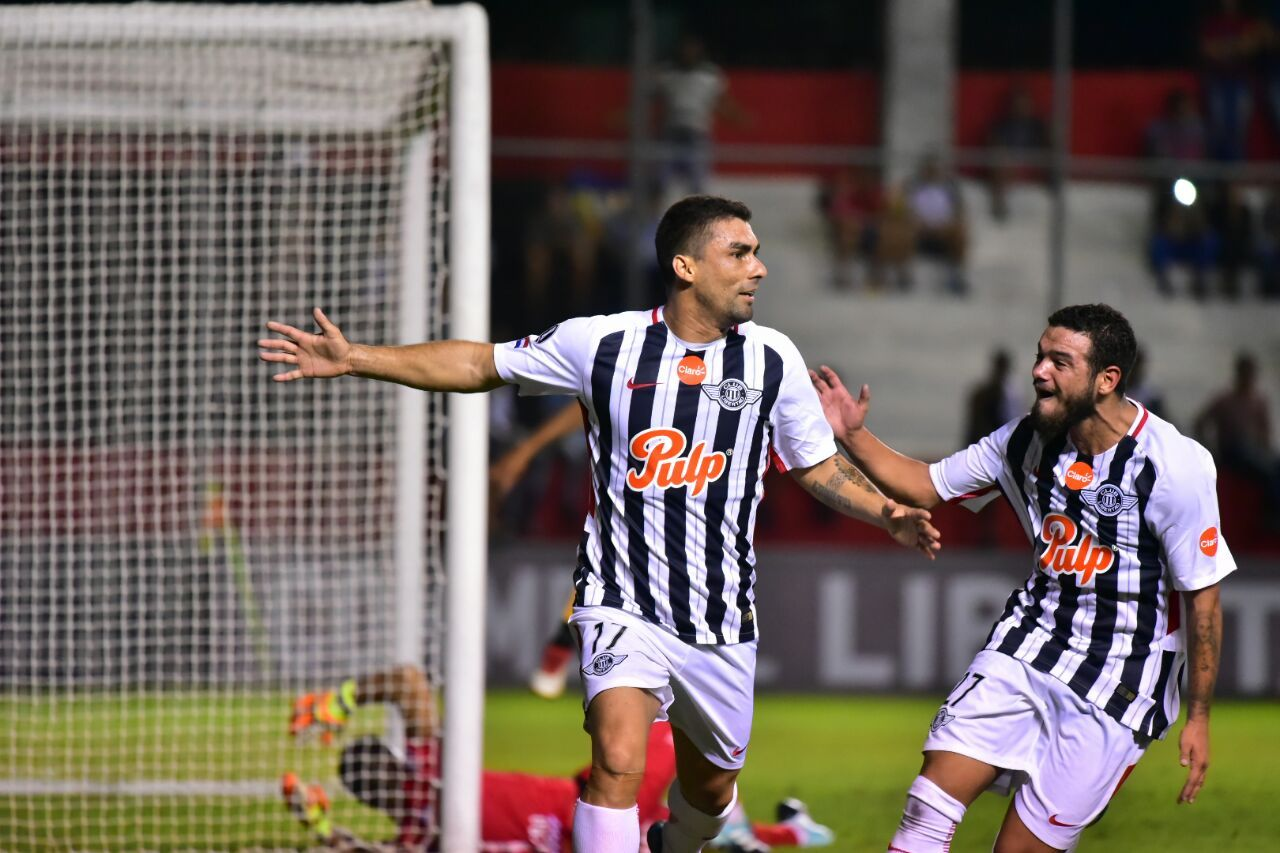 Wilson Leiva y Ronaldo Báez celebran la anotación de un gol. Foto: Fernando Calistro