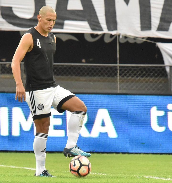 Contento. Darío Verón confirma con un gesto que está bien y listo para ser titular ante Santaní. Este sería el segundo partido del central en el Apertura.