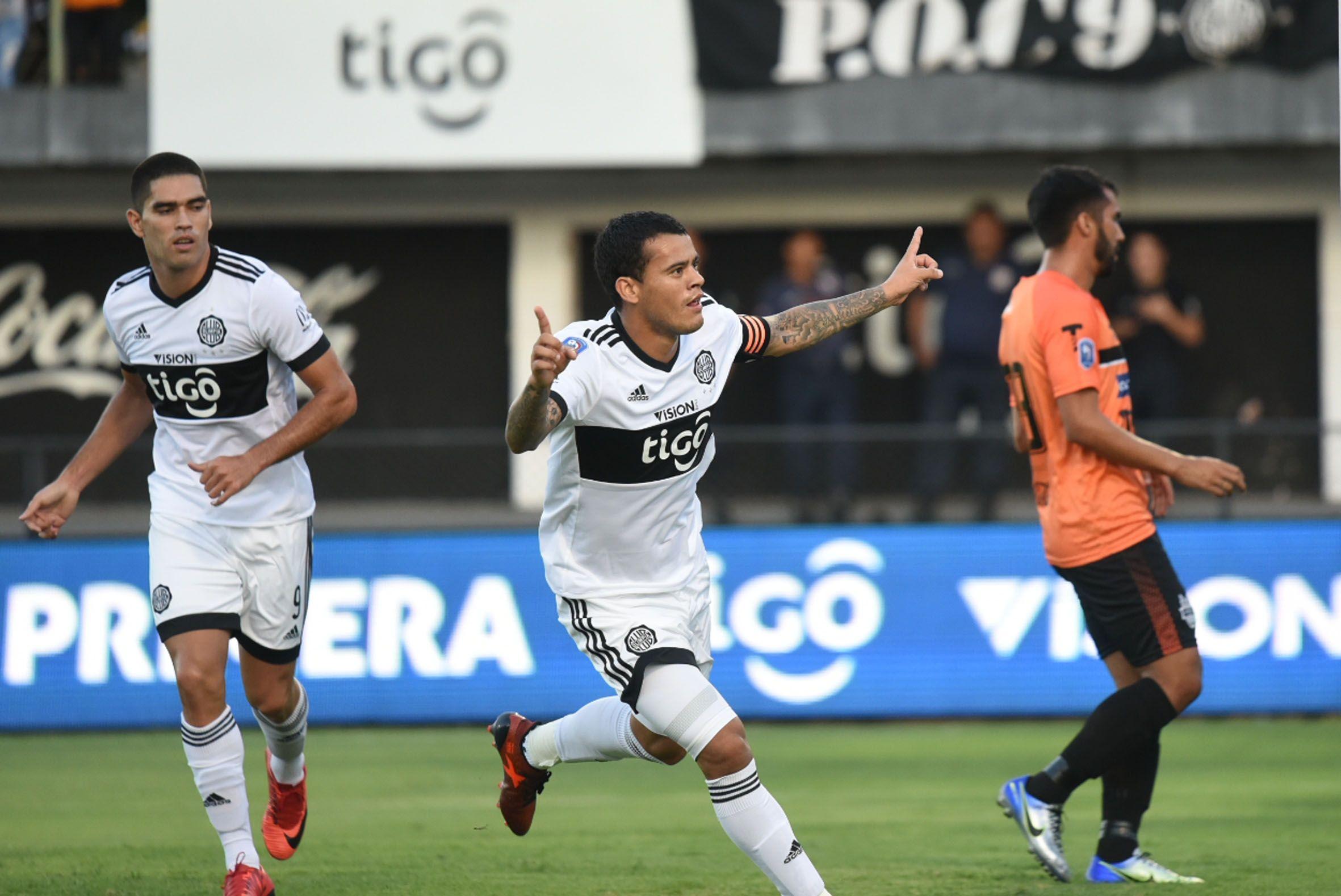 El capitán Mendieta celebra el primer gol del partido. Foto: Daniel Duarte.