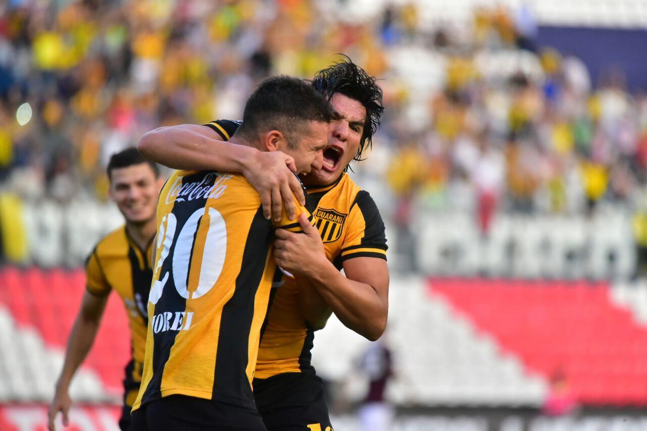 Jorge Morel y Fidencio Oviedo se ciñen en un abrazo. Foto: Fernando Calistro
