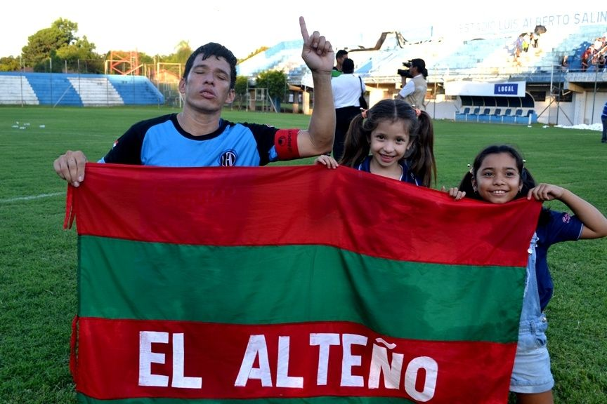 Bien alto. Martínez posa junto a sus hijas con la bandera de la ciudad de Altos.