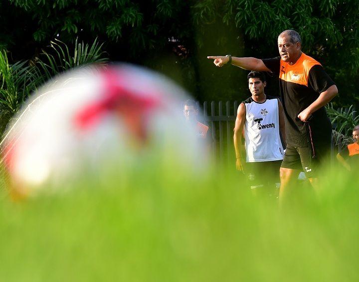 En cancha. Francisco Arce dando sus primeras indicaciones como entrenador de General Díaz. Foto: Fernando Calistro - Última Hora.