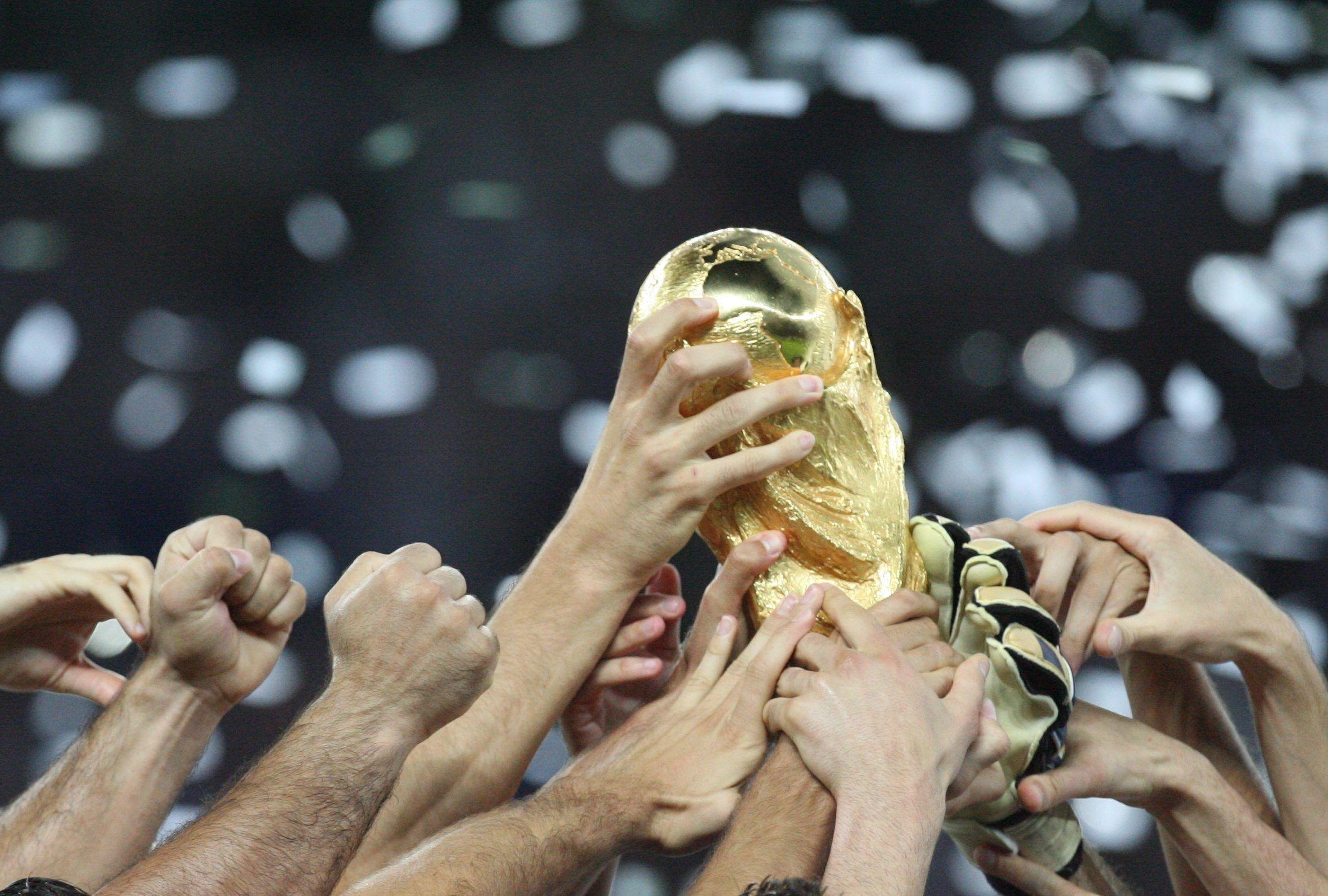 Archivo del 9 de julio de 2006 que muestra el trofeo del Mundial de laFIFA. Foto: EFE