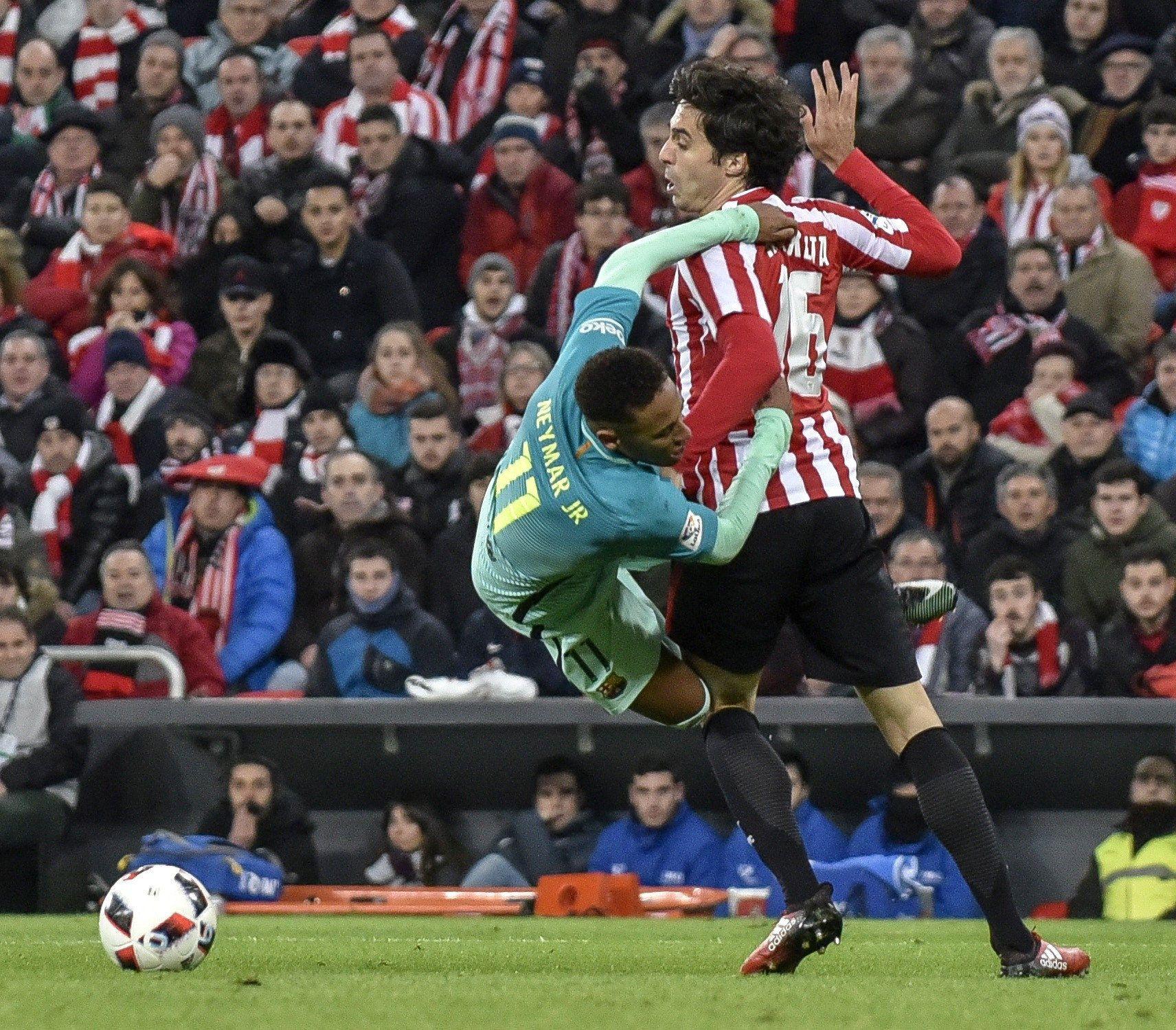 Neymar pelea el balón con Etxeita. Foto: EFE