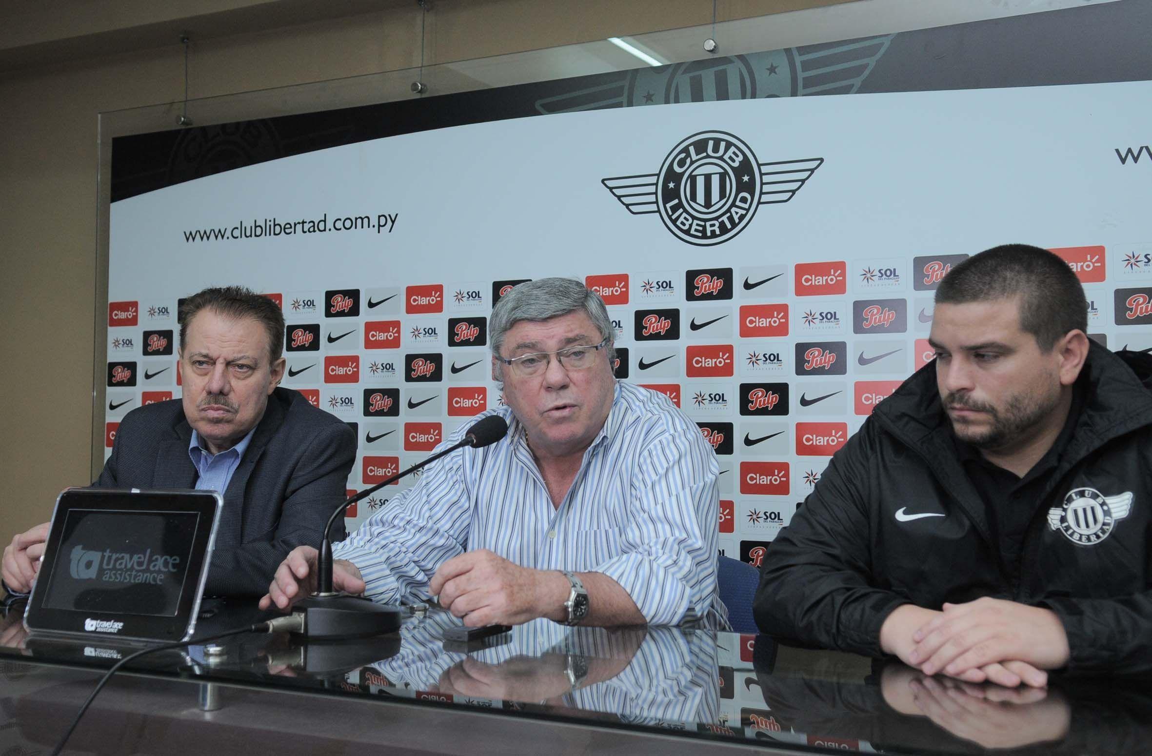 Giménez Calvo( C) en una conferencia de prensa. Foto: Última Hora
