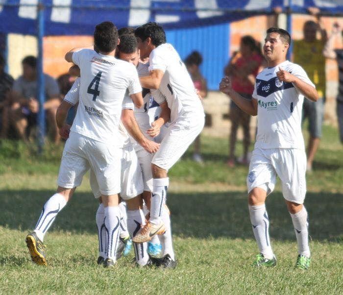 Marco Caballero (d) se acerca a festejar con sus compañeros. Foto: Prensa Ameliano