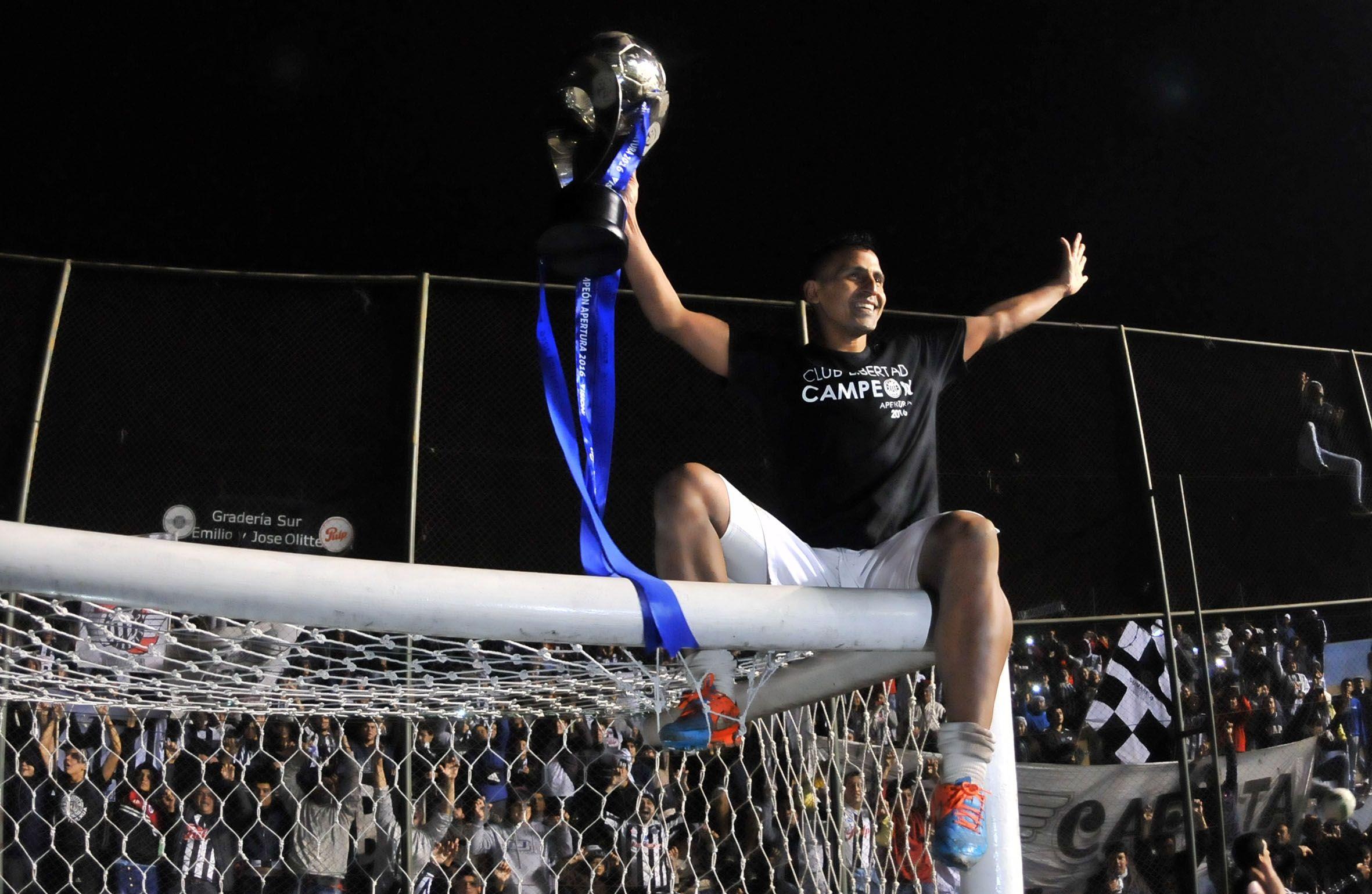 El Pato Aquino y un título más en su carrera. Foto: Fernando Calistro - Última Hora.