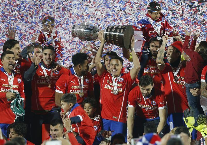 Los jugadores de Chile salen al encuentro de Alexis Sánchez tras convertir el último penal. Foto: EFE