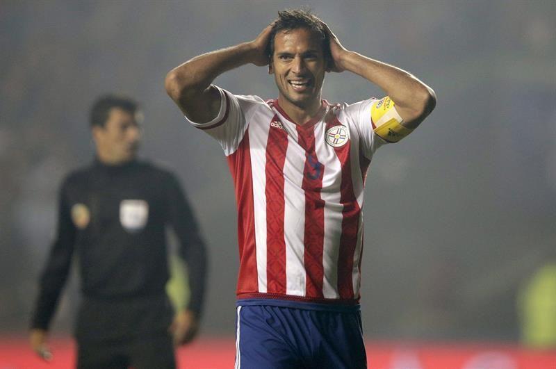 El delantero paraguayo Roque Santa Cruz durante el partido Argentina-Paraguay. Foto: EFE