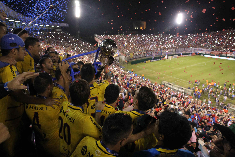 El Defensores del Chaco vivió un verdadero carnaval. Foto: EFE.