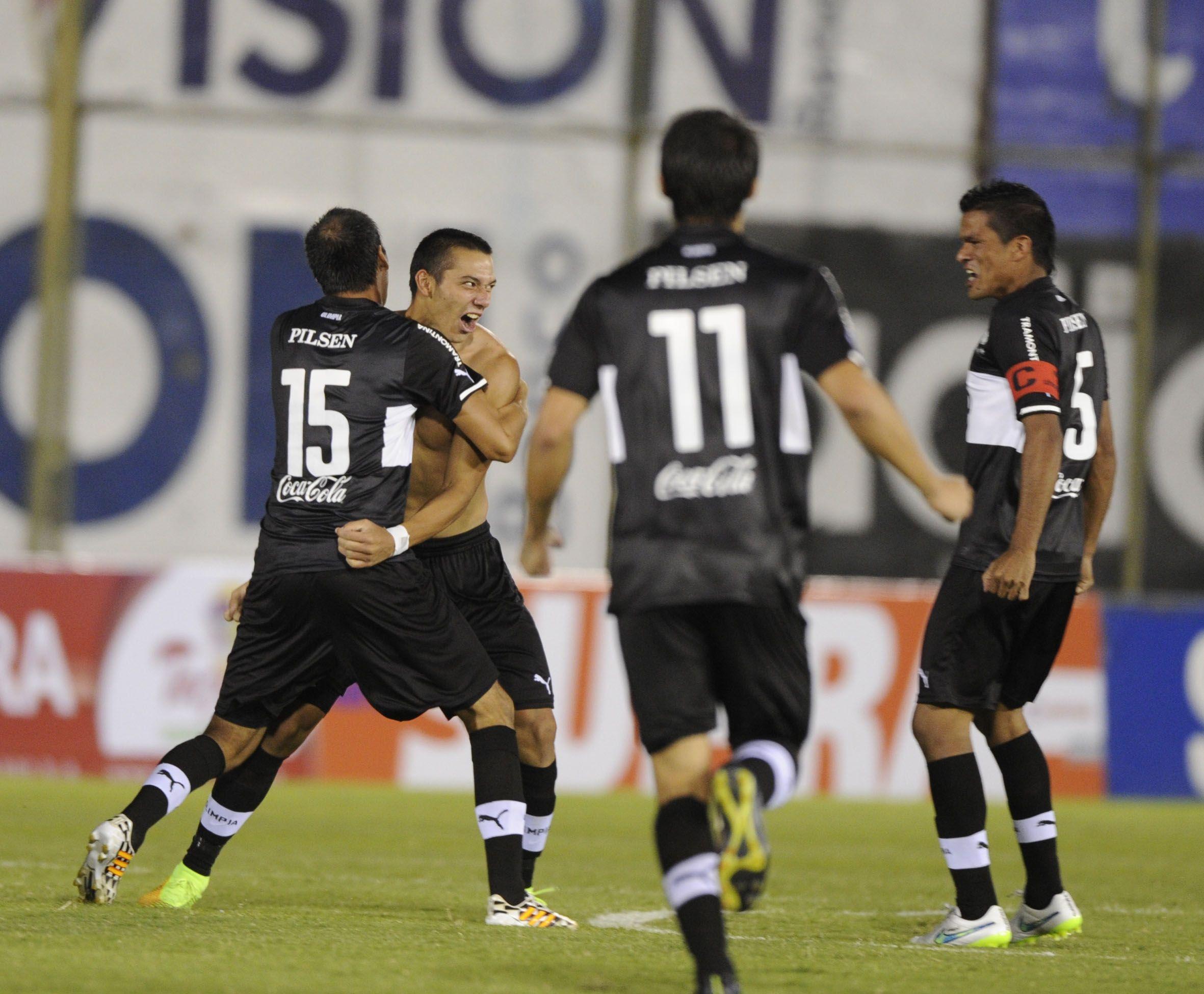 González (sin remera) es felicitado por Miranda (15) y demás compañeros. Foto: Última Hora.