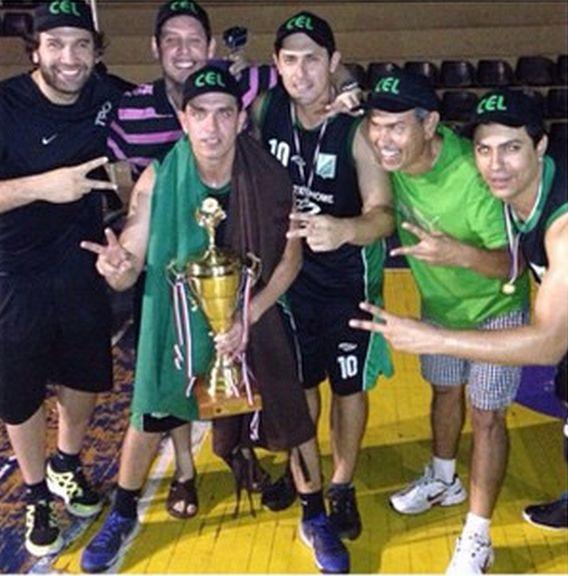 El equipo de Los Laureles con la copa de campeón. Foto: Instagram