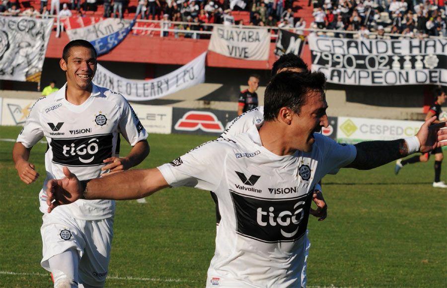 A González (i) le cometieron la falta dentro del área que terminó con el gol de Salgueiro (d). Foto: Francisco Espínola.