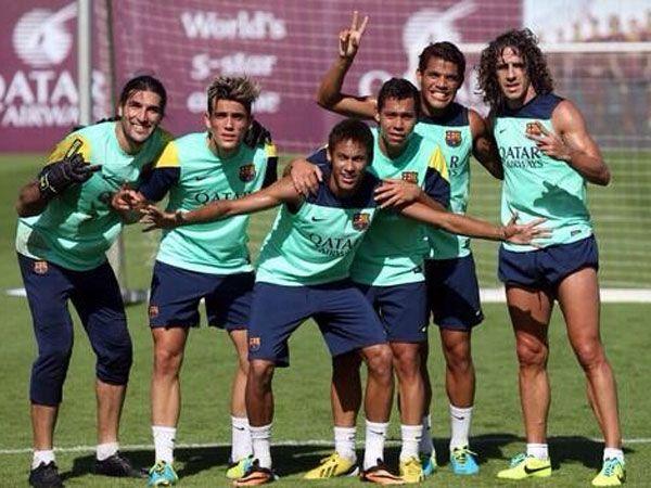 Godoy abraza a Neymar en uno de los entrenamientos con la Primera.