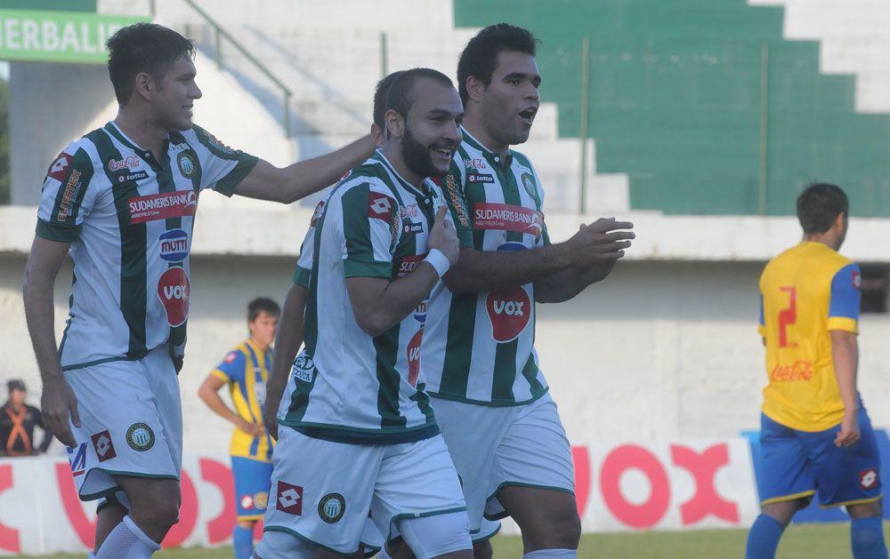 Lugo (c) convirtió el gol que desató la alegría ñuense. Foto: Miguel Houdín – Última Hora