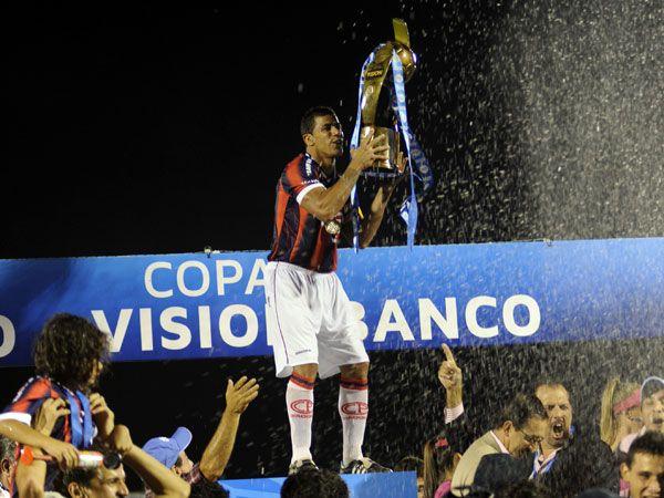 El capitán Carlos Bonet levanta el trofeo. Foto: Rubén Alfonso - Última Hora.