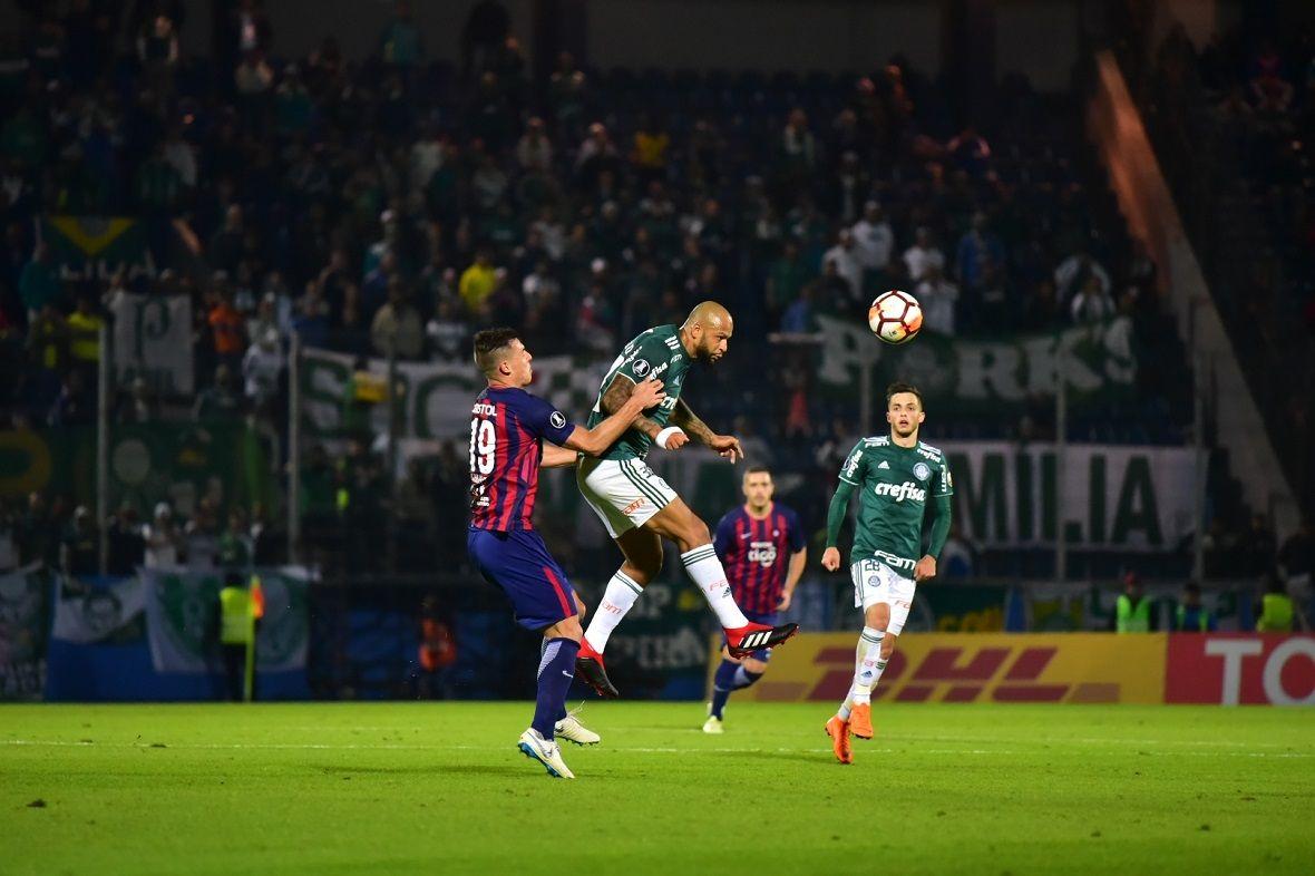 Felipe Melo pelea una pelota con Diego Churín. Foto: Fernando Calistro/Última Hora