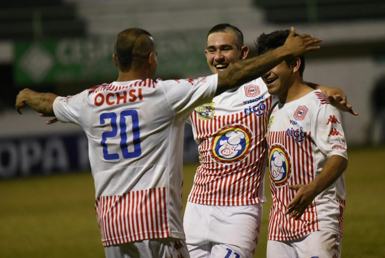 Jugadores de San Lorenzo celebran tras vencer en penales a Limpeño. Foto: Andrés Catalán