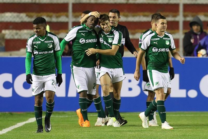 Miguel Murillo (2i) del DeportivoCalicelebra con sus compañeros luego de anotar un gol. Foto: EFE