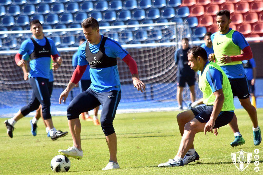 Diego Churín domina la pelota durante la práctica. Foto: Prensa Cerro Porteño