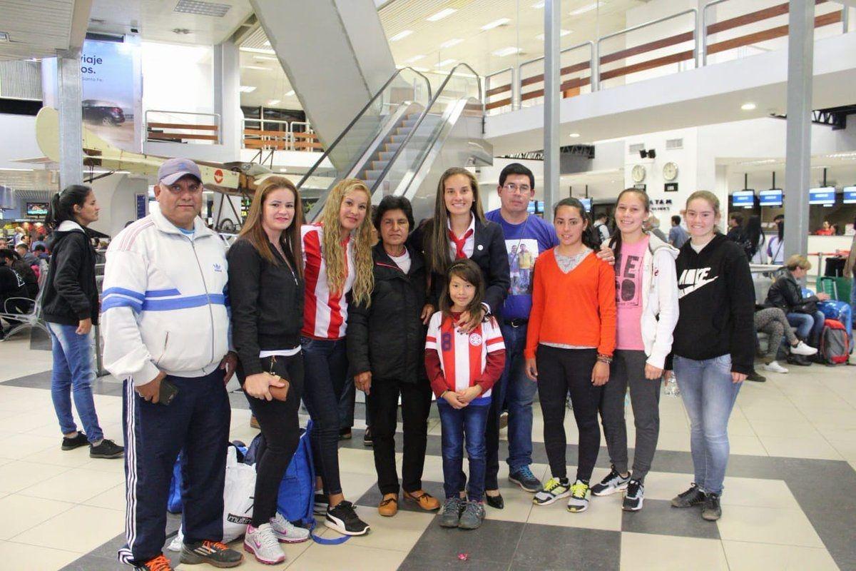 Las jugadoras de la Albirroja Femenina Sub 20 viajaron este martes a Francia. Foto: @Albirroja