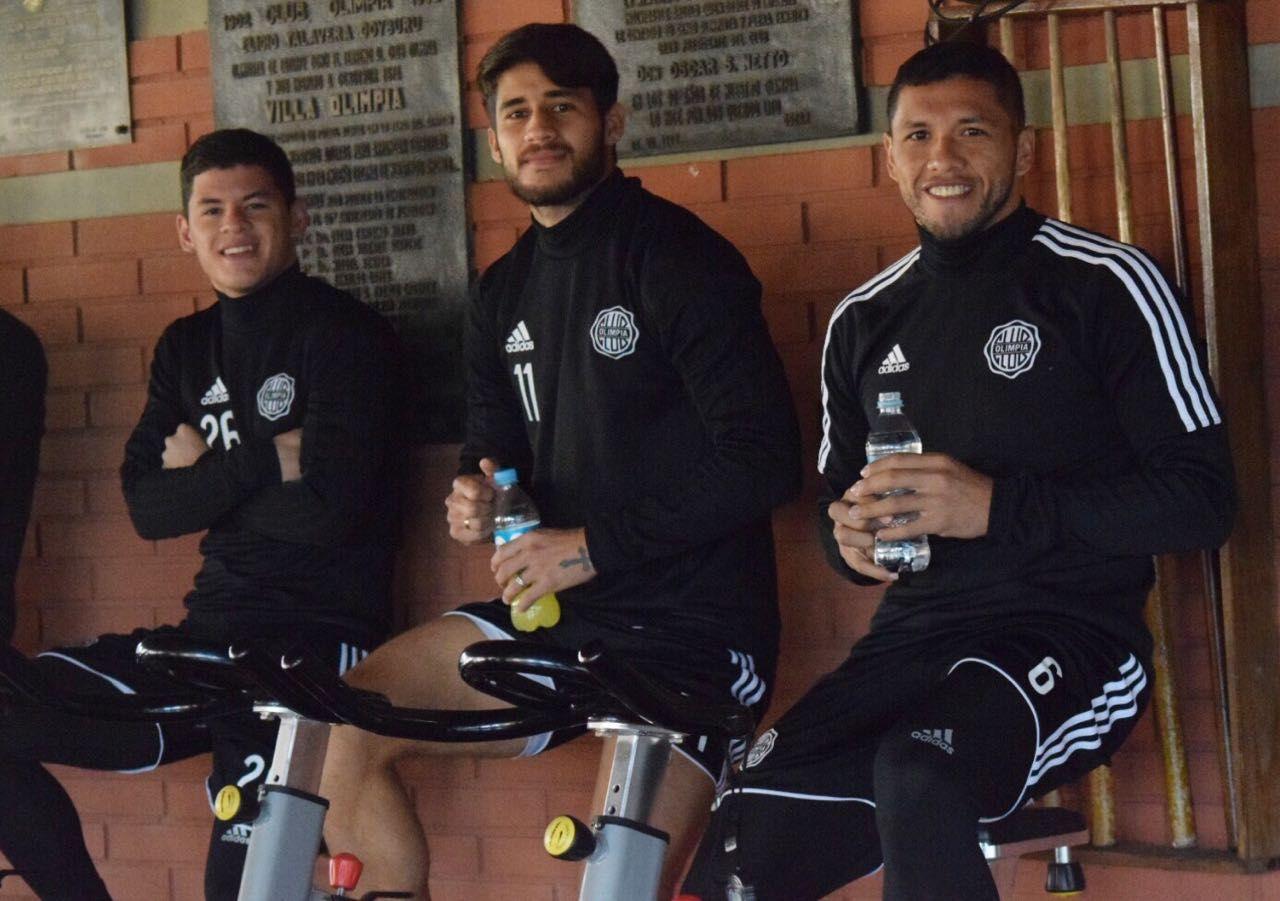 Richard Ortiz (derecha) realizó trabajos regenerativos este lunes. Foto: Prensa Club Olimpia