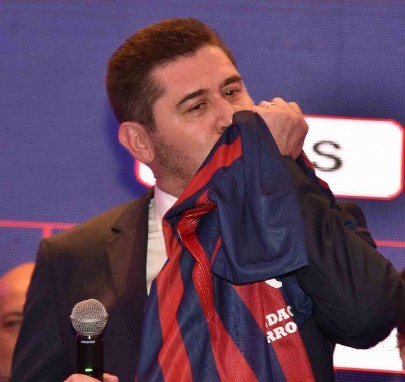 Lucio Maldonado besa la remera de Cerro Porteño.