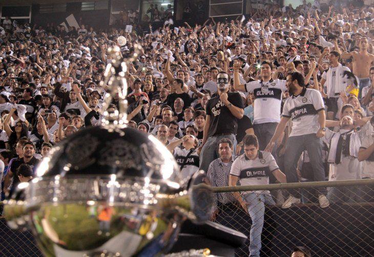La hinchada de Olimpia y su gran amor: La Copa Libertadores.