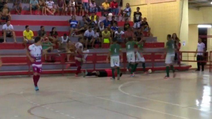 Un jugador de futsal le propinó una patada en la cabeza al árbitro.