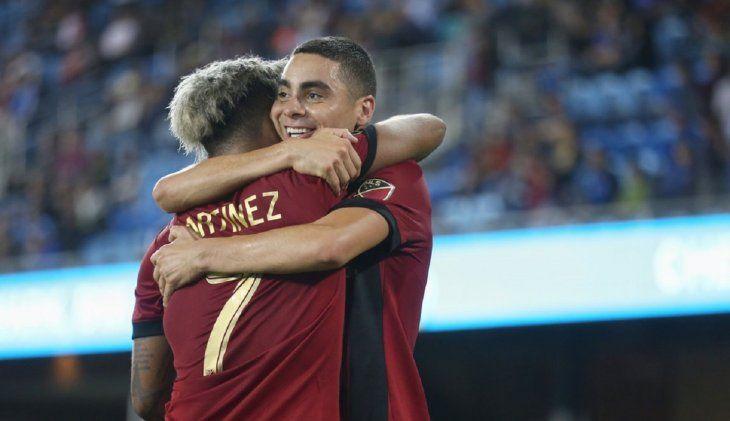 Miguel Almirón festeja un gol con Josef Martínez.