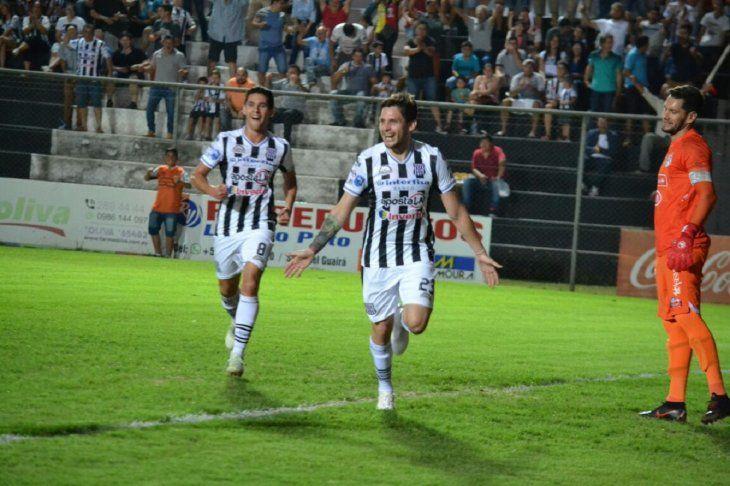 Luis Neri Caballero celebra su gol contra Sol de América.