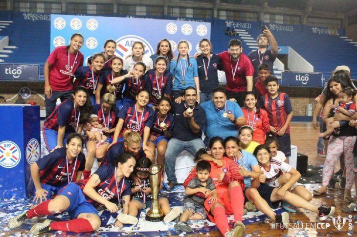 Plantel de Cerro Porteño celebra el logro del título.