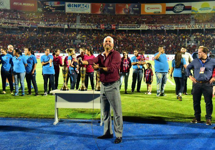 Zapag posa orgulloso con los trofeos ganados por el club en futsal FIFA.