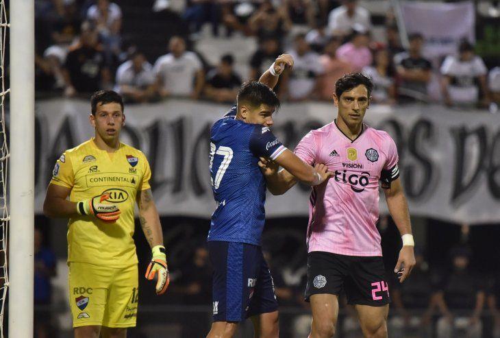 Jacquet marcó a Roque Santa Cruz (d) en el partido Olimpia-Nacional.