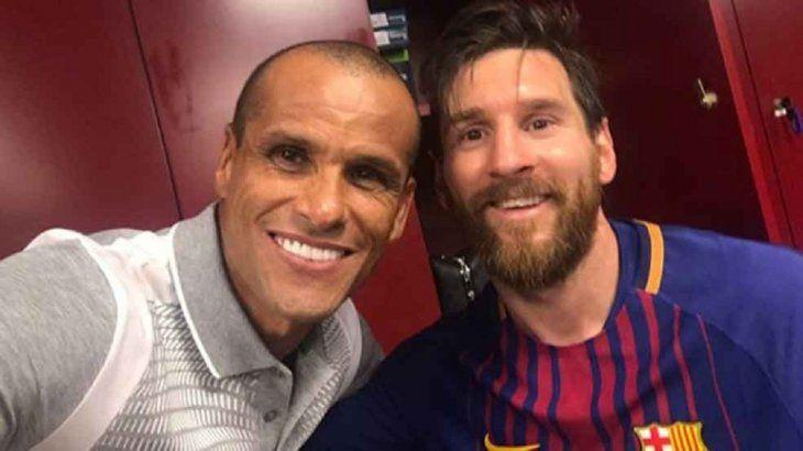 El brasileño Rivaldo junto a Lionel Messi.