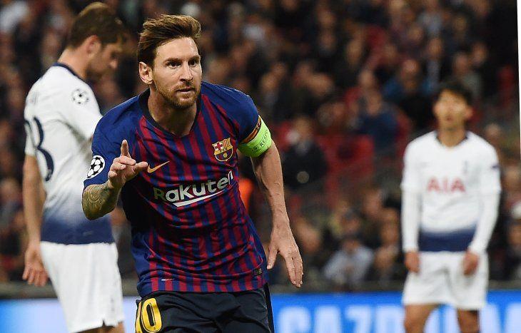 Messi celebra su gol en Wembley.