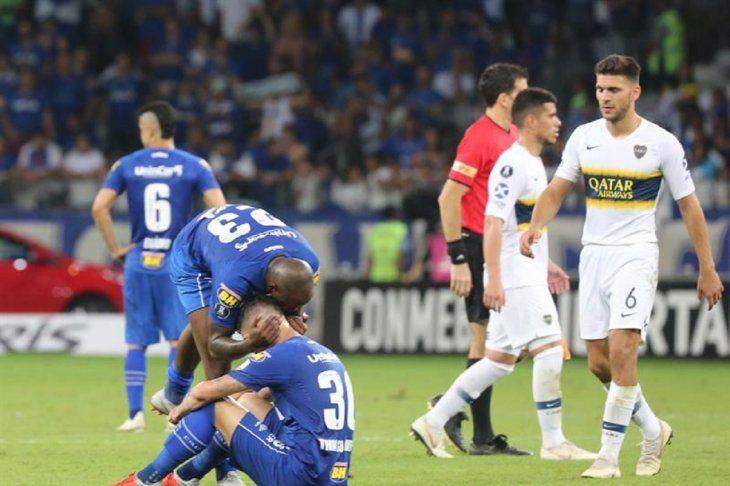 Jugadores de Cruzeiro se lamentan tras quedar eliminados.