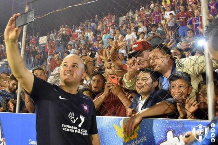 Fernando Jubero se saca una foto con los hinchas de PJC.