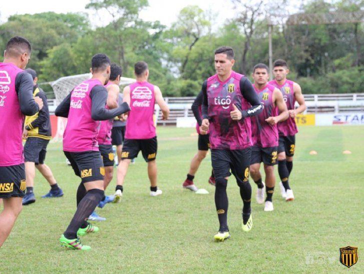 Jorge Mendoza encabeza un entrenamiento del equipo.