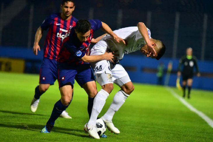 Jugadores de Cerro y Sol pelean por la pelota.