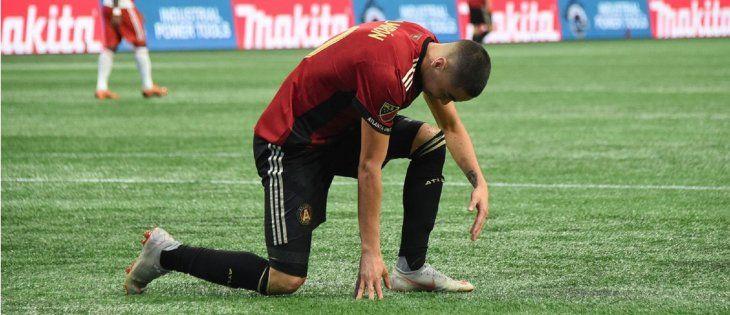 Miguel Almirón se retiró lesionado en Estados Unidos.