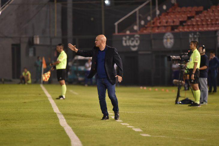 Fernando Jubero da indicaciones a los jugadores de Cerro Porteño.