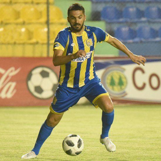 Santiago Salcedo durante un partido de Capiatá.