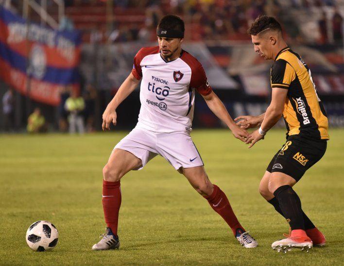 Rodrigo Rojas defiende la posesión de la pelota.