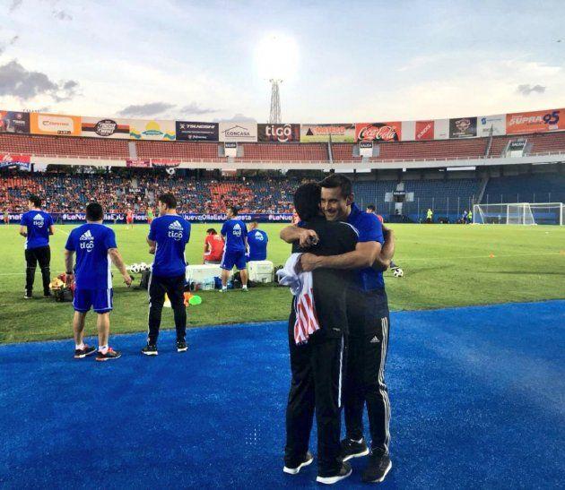 Salvador Cabañas recibe el abrazo de Justo Villar.